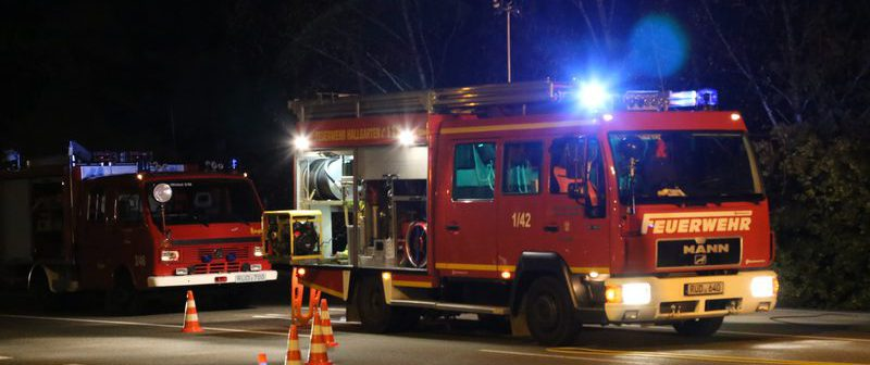 Fahrzeug der Feuerwehr Hallgarten mit Blaulicht