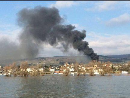Auch von der anderen Rheinseite war der Brand deutlich sichtbar