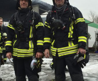 Zwei Kameraden der Feuerwehr Hallgarten
