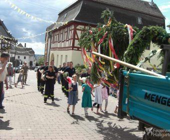 Kinder begleiten den Festbaum