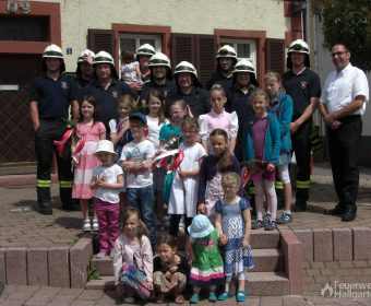 Gruppenfoto Feuerwehrleute + Kinder I