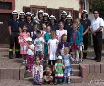 Gruppenfoto Feuerwehrleute + Kinder II