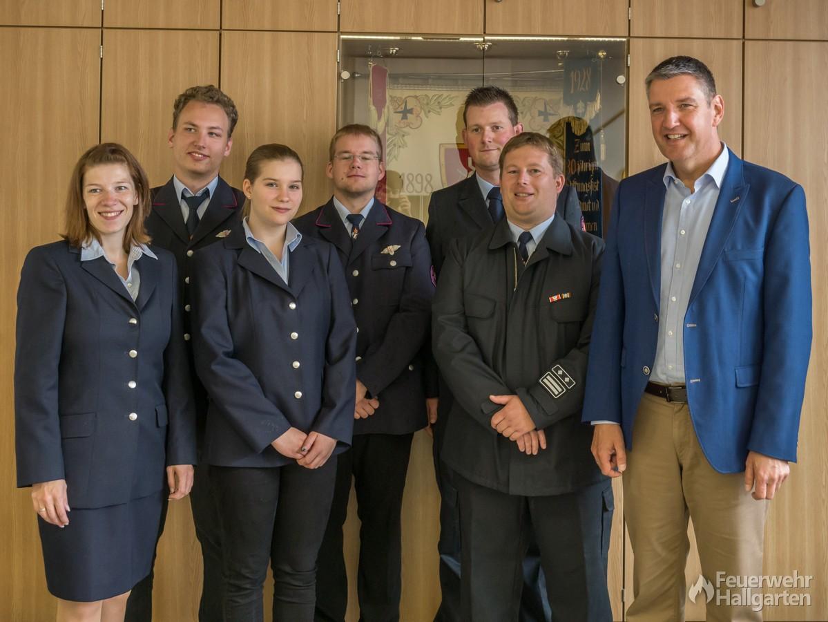 Die Geehrten und Beförderten mit Bürgermeister Heil und Stadtbrandinspektor Ringel