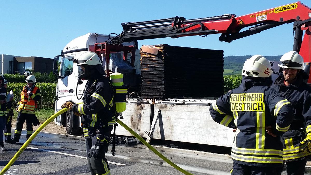 Einsatzkräfte vor dem betroffenen LKW