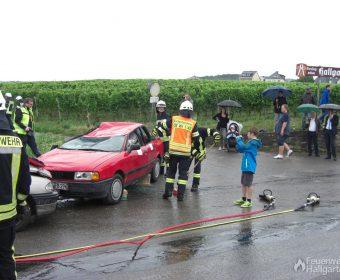 Potentiell gefährliche Glassplitter werden direkt unter das Auto gekehrt