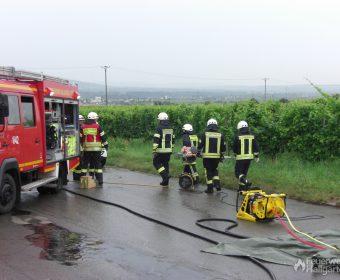 Patient wird von Einsatzstelle getragen und dem Rettungsdienst übergeben