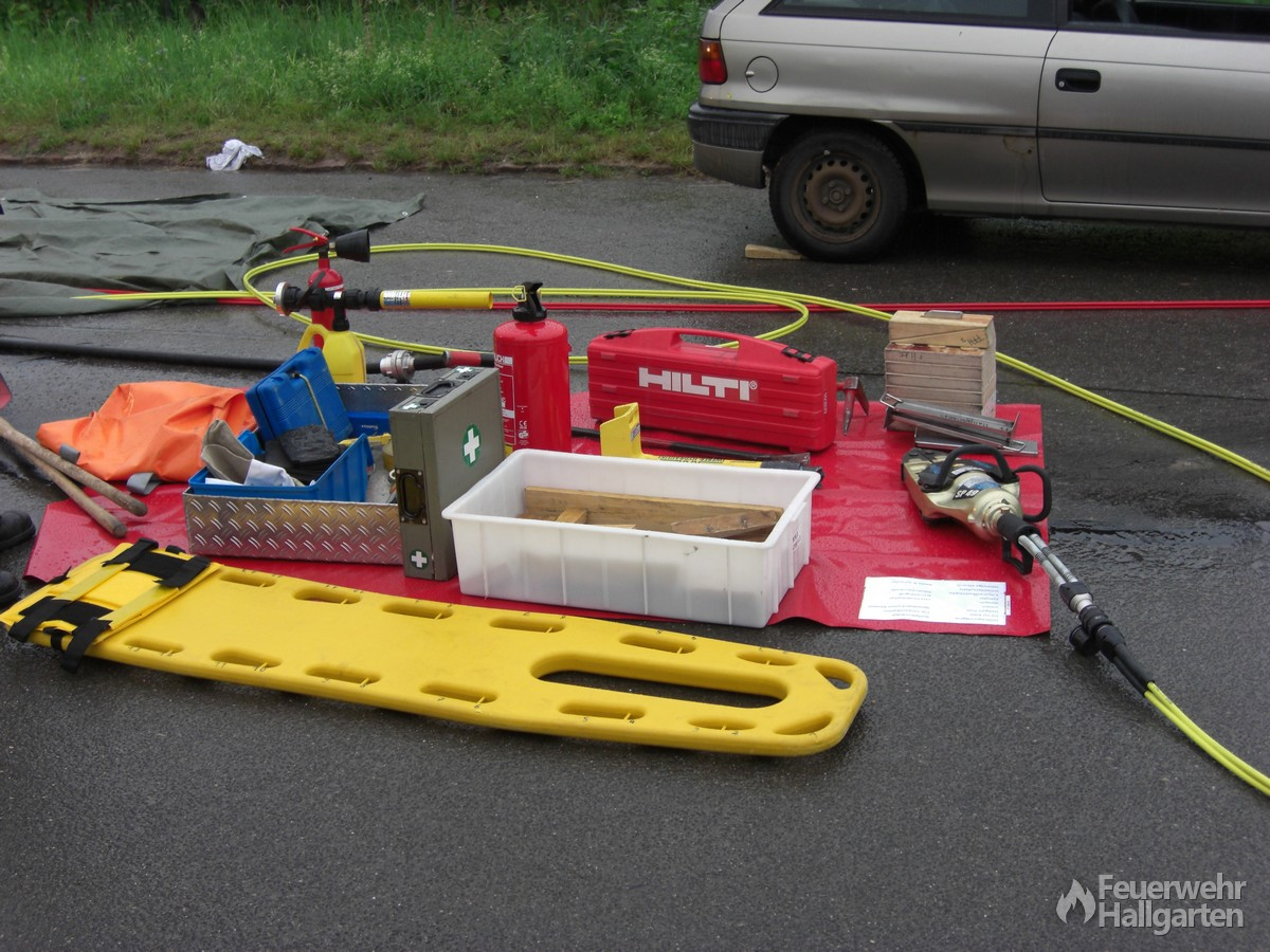 Der weiße Zettel auf der Plane zeigt den Feuerwehrkräften an, welche Werkzeuge bereitgestellt werden müssen, damit nichts vergessen wird