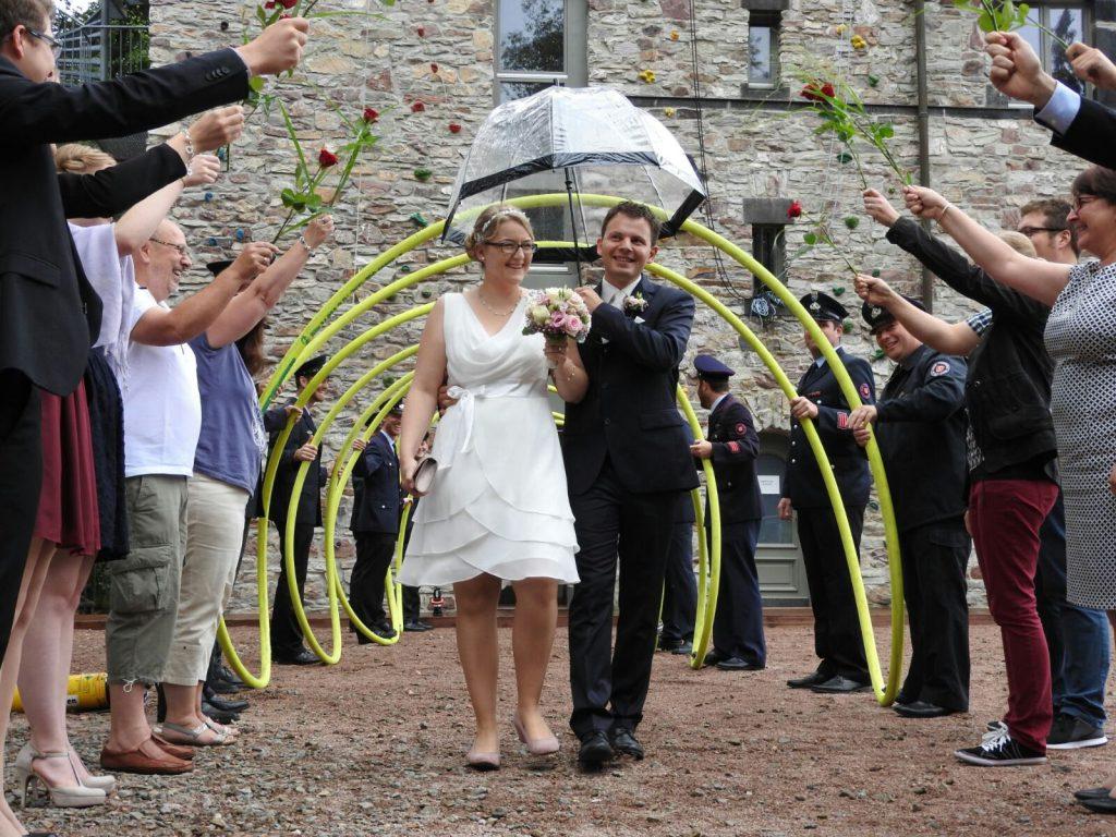 Brautpaar im Spalier nach der Vermählung