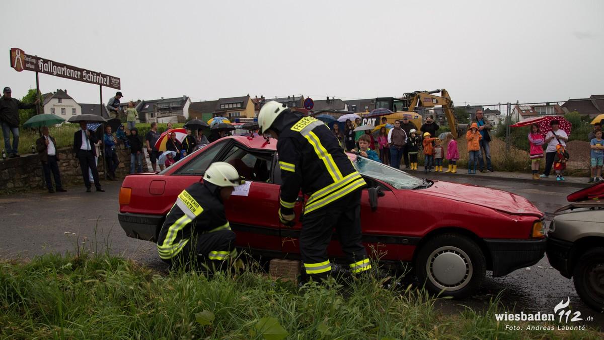 Auto wird unterbaut, damit es bei Rettung stabil ist