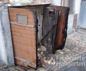 Verkohlte Kellertür nach gemeldetem Kellerbrand