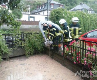 Vollgelaufene Fußgängerunterführung in Rüdesheim einsetzen der Pumpe