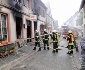 Feuerwehr Hallgarten bei der Brandbekämpfung