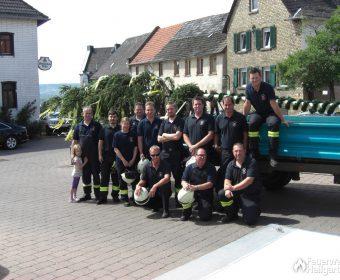 Hallgartener Feuerwehr vor liegendem Baum