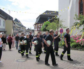 Mitglieder der Freiwilligen Feuerwehr Hallgarten beim Anmarsch zum Stellplatz