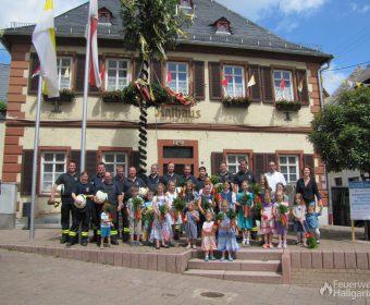 Gruppenfoto vor dem Kerbebaum