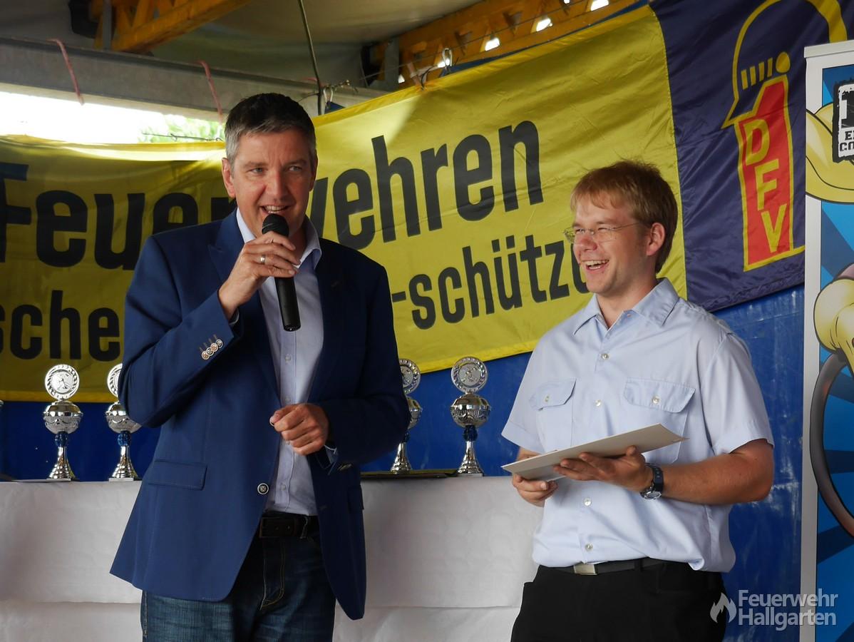 Torsten Sterzel erhält von Bürgermeister Heil ein Präsent