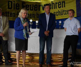 Petra Müller-Klepper hält eine kurze Rede