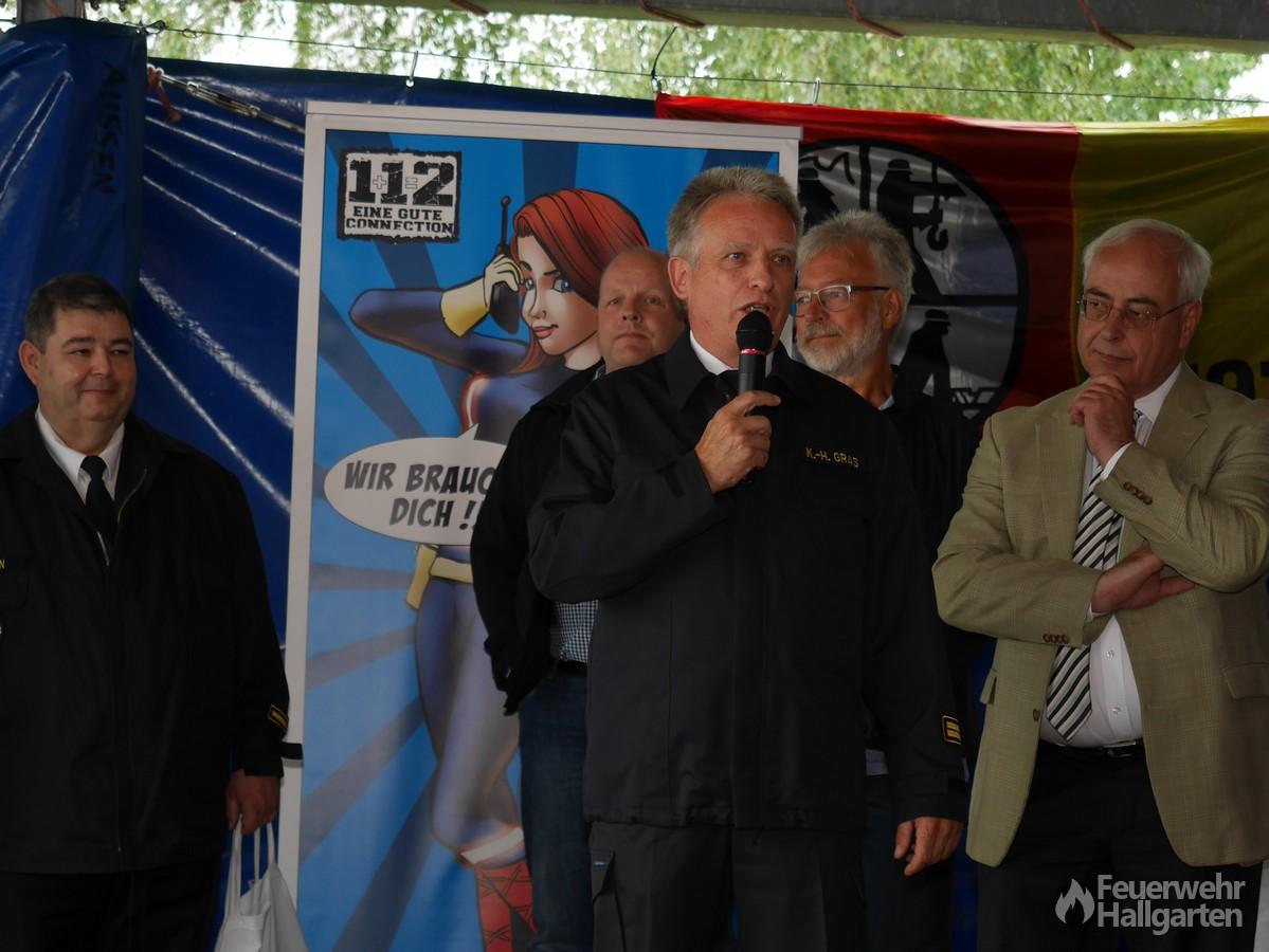 Karl-Heinz Gras richtet seine Worte als stellvertretender Kreisbrandinspektor an Gäste und Jugendfeuerwehr Hallgarten