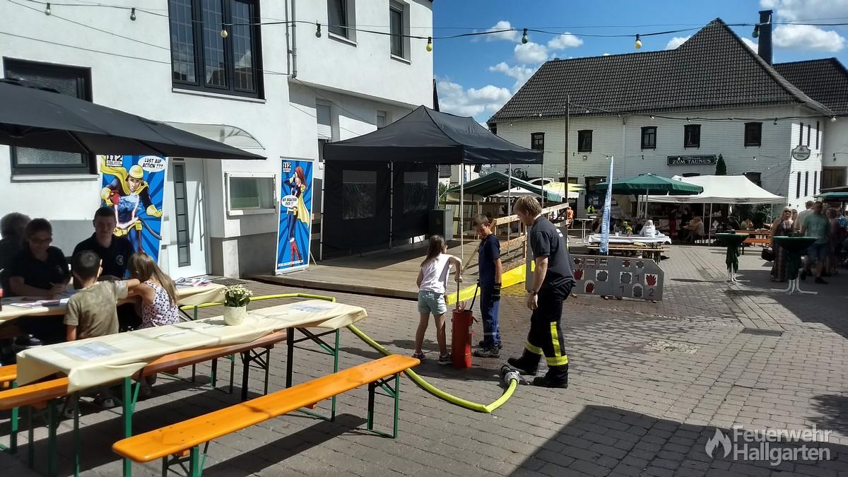 Jugendfeuerwehr präsentiert sich auf dem Weinfest.