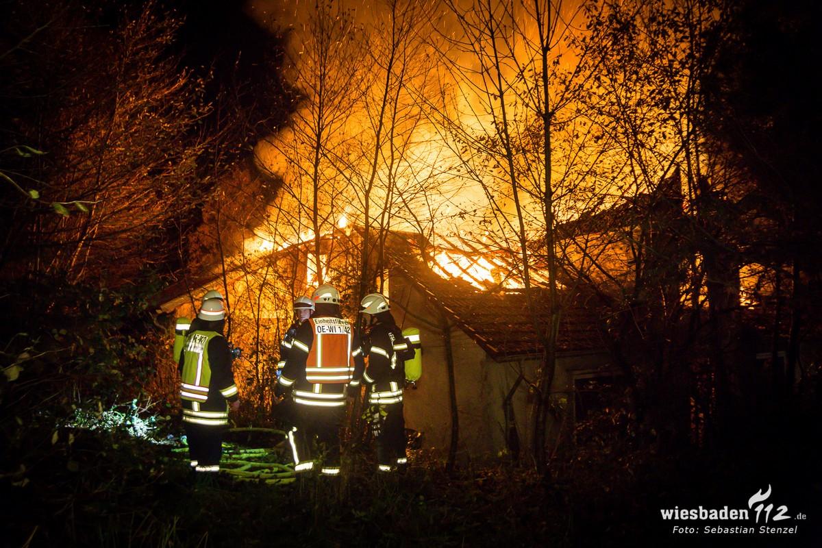 Einsatzkräfte vor brennender Kornsmühle (Foto Wiesbaden 112)