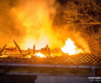 Flammen aus dem Dach (Foto Wiesbaden 112)