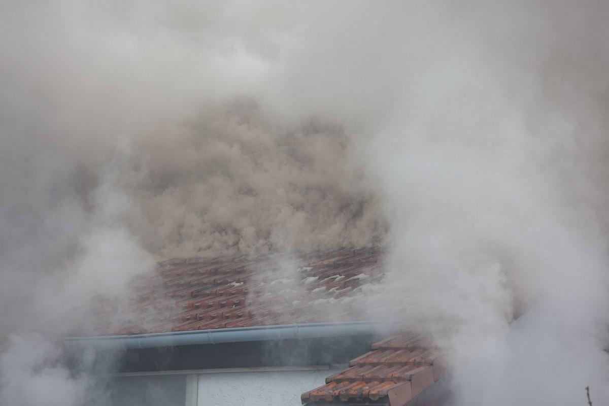 Rauchentwicklung aus dem Dach