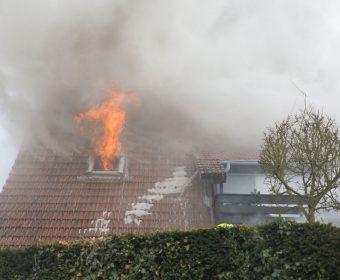 Feuerschlag aus Dachfenster