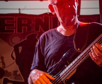 Bassist der Band Heernixx