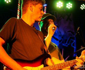 Gitarrist und Sänger der Band Heernixx