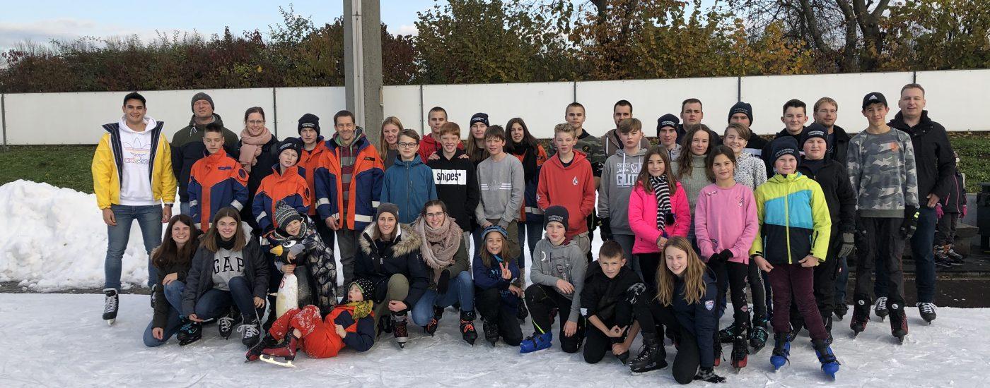Jugendfeuerwehr auf Eisbahn in Frankfurt